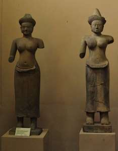 2 different visions of art: Baphuon style on the left, Angkot Vat style on the right